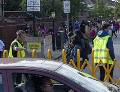 Como a revolta escolar de Londres conseguiu que case 500 escolas prohiban chegar en coche